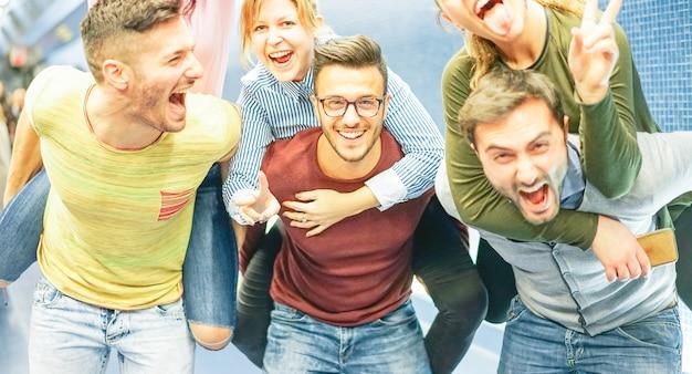 Gruppe freunde, die spaß in einer u-bahnstation haben