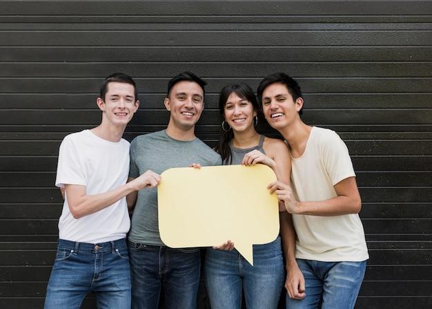 Gruppe freunde, die spracheblase halten