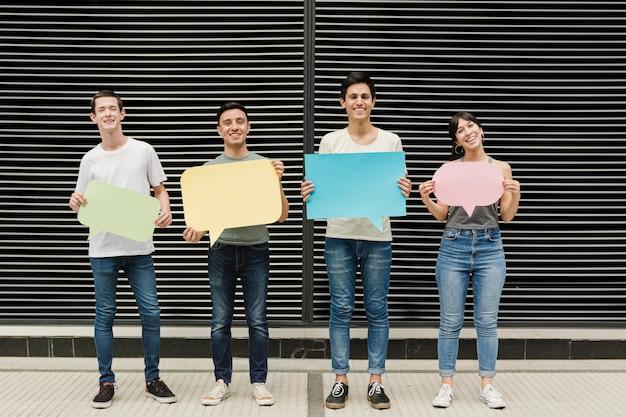 Gruppe freunde, die spracheblasen halten