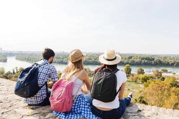 Gruppe freunde, die szenische ansicht an draußen genießen