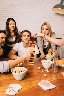 Gruppe freunde, die tabletopspiel spielen