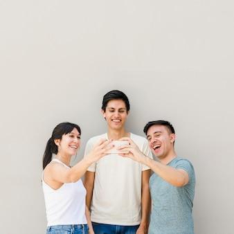 Gruppe freunde, die zusammen ein selfie nehmen