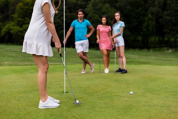 Gruppe freunde, die zusammen golf spielen