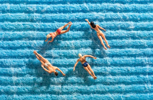Gruppe freunde, die zusammen im meer schwimmen