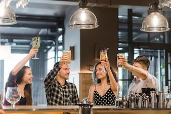 Gruppe Freunde, die zusammen mit Getränken feiern