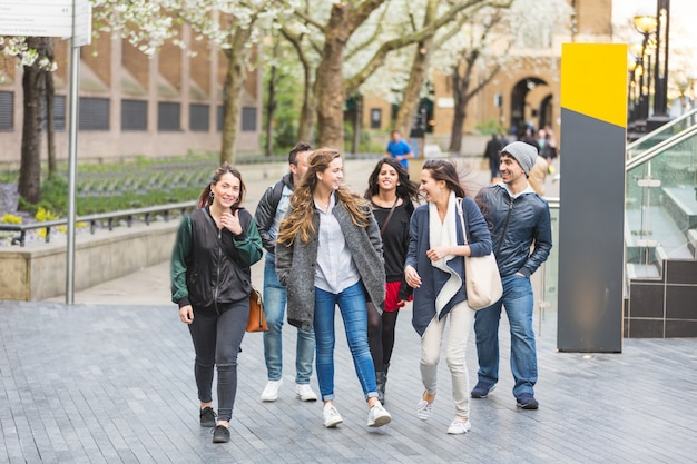 Gruppe freunde, die zusammen spaß in london gehen und haben