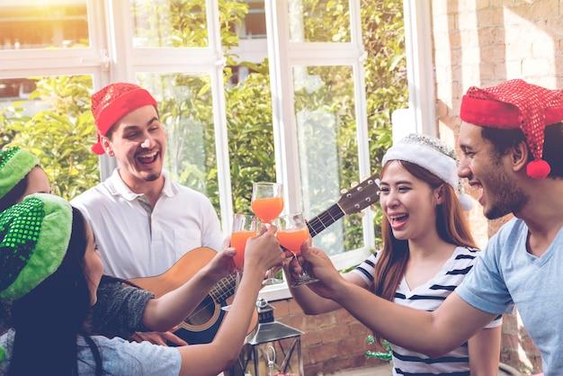 Gruppe freunde genießen feiern partei, gitarre spielen, singen ein lied, trinken
