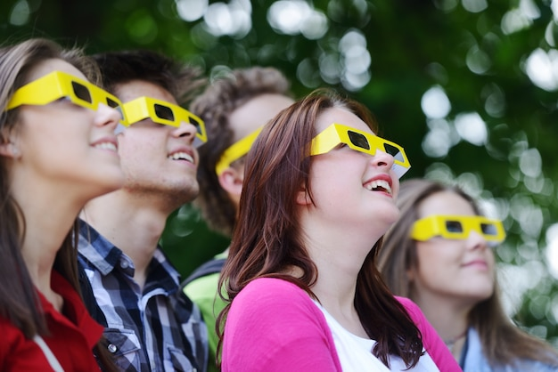Gruppe freunde im park, der gläser 3d trägt