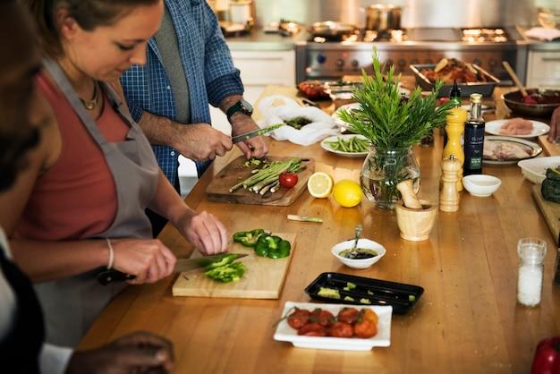 Gruppe freunde kochen in der küche