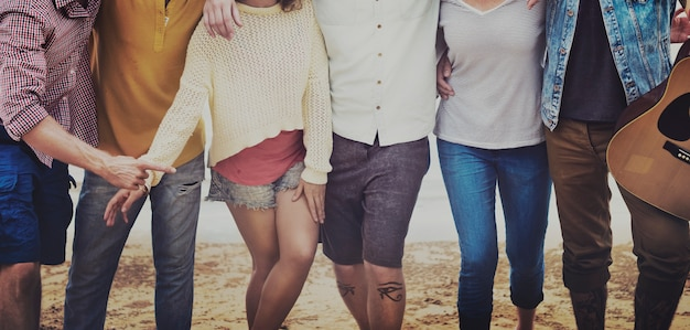 Gruppe freunde sommer-ferien-zusammen konzept