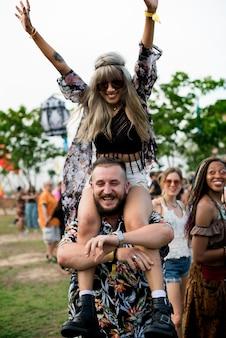 Gruppe freunde spaßereignisse, die feiertag tanzen