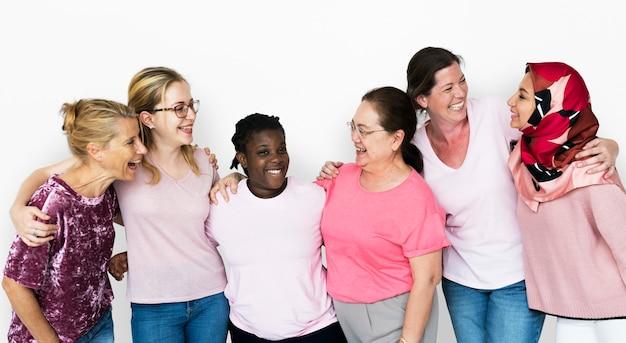 Gruppe freundinnen mit brustkrebs-bewusstseins-nächstenliebe