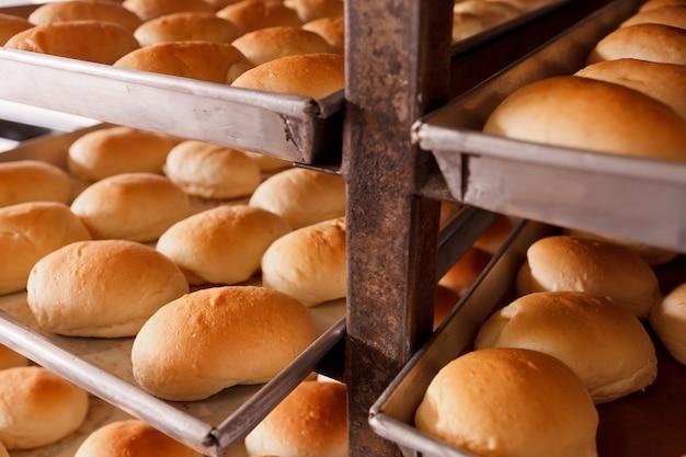 Gruppe frisches brot im bäckereihaus