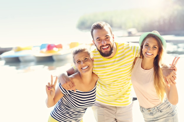 Gruppe fröhlicher freunde, die sich im sommer im freien amüsieren