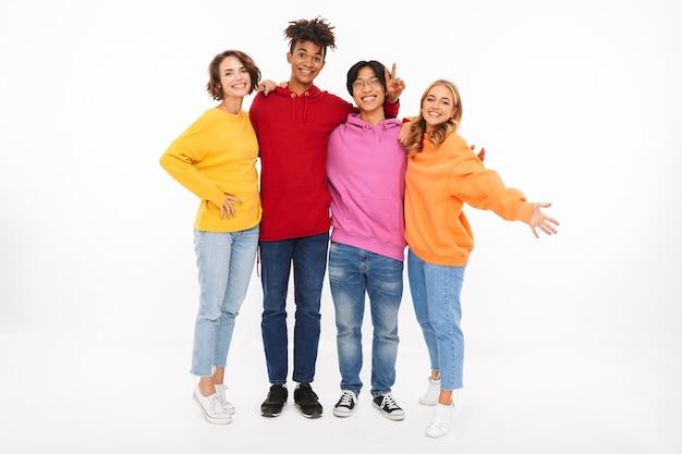 Gruppe fröhlicher teenager isoliert