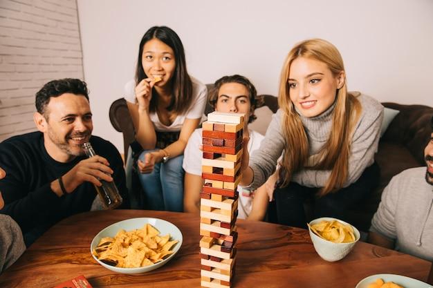 Gruppe frohe freunde, die tabletopspiel spielen