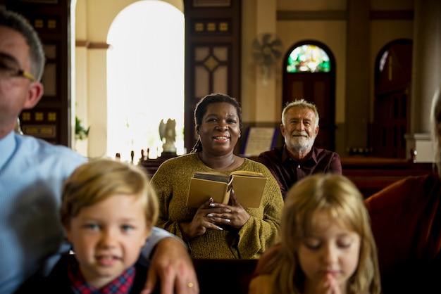 Gruppe fromme leute in einer kirche