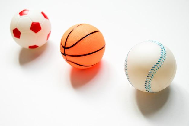 Gruppe fußball, baseball und basketball gesetzt auf weißen hintergrund