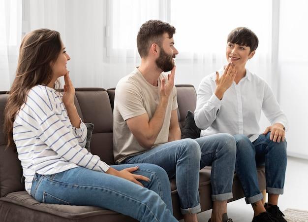 Gruppe gehörloser menschen, die über die gebärdensprache kommunizieren