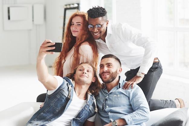 Gruppe gemischtrassiger teamkollegen, die sich in ihrer pause gut amüsieren und ein paar fotos machen