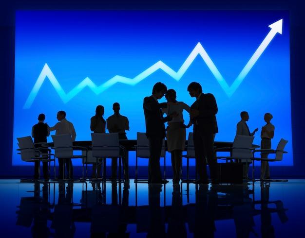 Gruppe geschäftsleute, die auf wirtschaftlicher erholung sich treffen