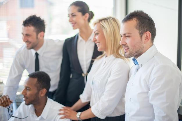 Gruppe geschäftsleute, die bei der sitzung sich besprechen
