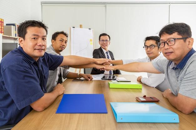 Gruppe geschäftsleute, die dem büro sich anschließen