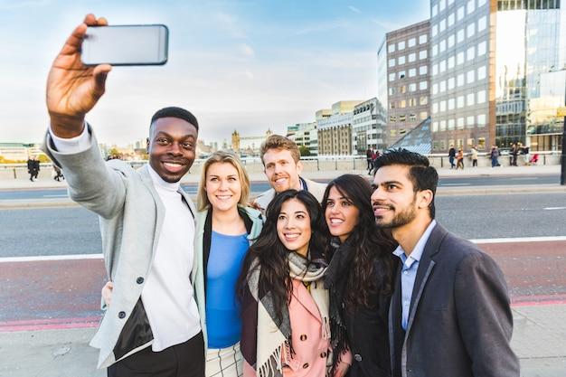 Gruppe geschäftsleute, die ein selfie in london nehmen