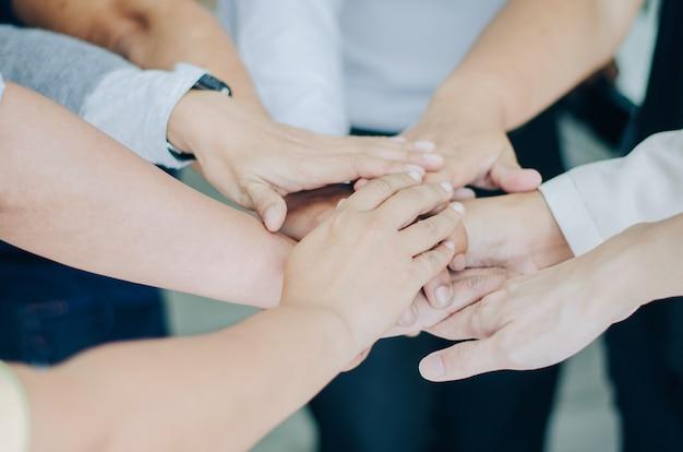 Gruppe geschäftsleute, die ihre hände zusammen teamwork setzen, verbinden hände