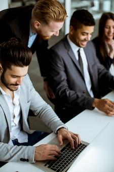 Gruppe geschäftsleute, die ihre ideen im büro teilen