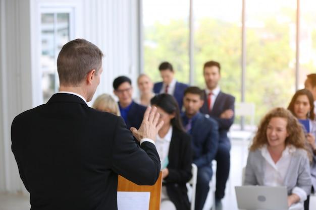 Gruppe geschäftsleute in der erfolgreichen ausbildung des geschäfts auf seminar