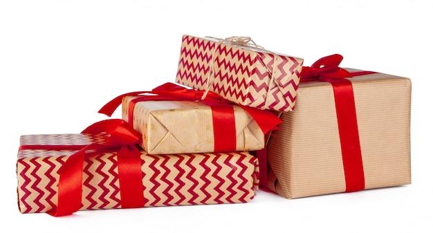 Gruppe geschenkboxen im kraftpapier lokalisiert auf weißem hintergrund