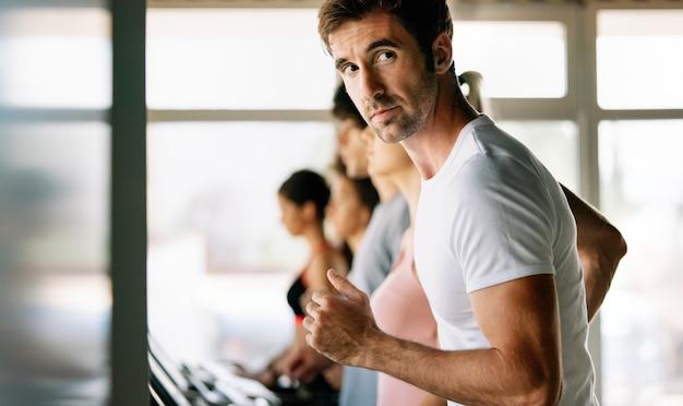 Gruppe gesunder, fitter menschen im fitnessstudio, die trainieren