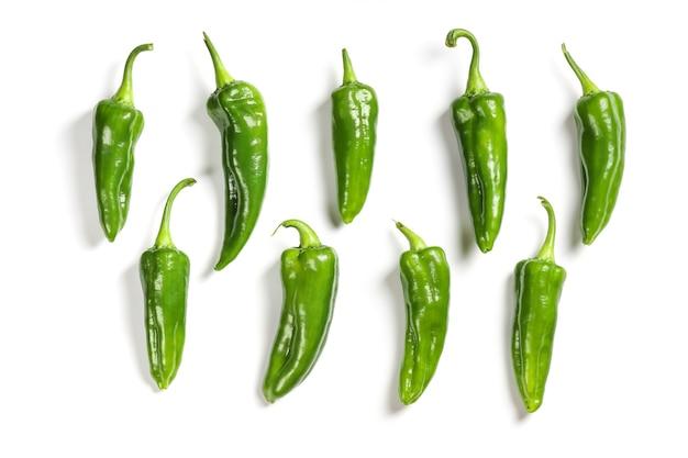Gruppe getrennt platzierter grüner paprika