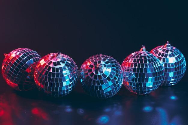 Gruppe glänzende discokugeln auf dunklem abschluss oben