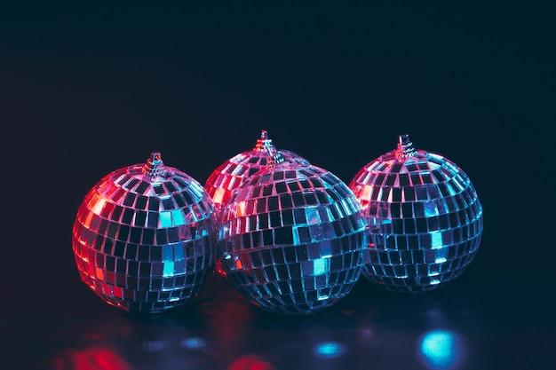 Gruppe glänzende discokugeln auf dunklem hintergrundabschluß oben