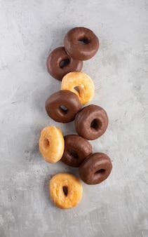 Gruppe glasierter donuts auf grauem hintergrund