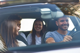 Gruppe glückliche Freunde auf einem Auto