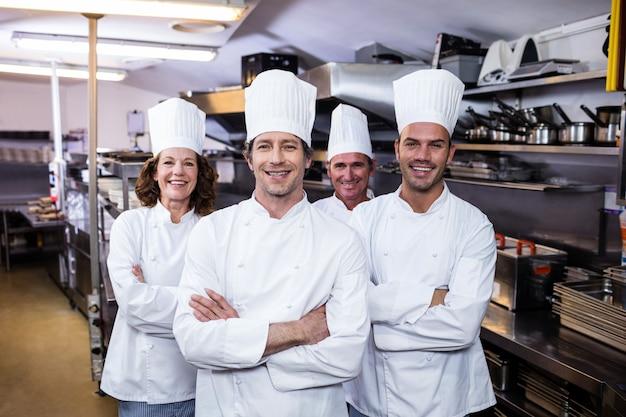 Gruppe glückliche chefs, die an der kamera lächeln