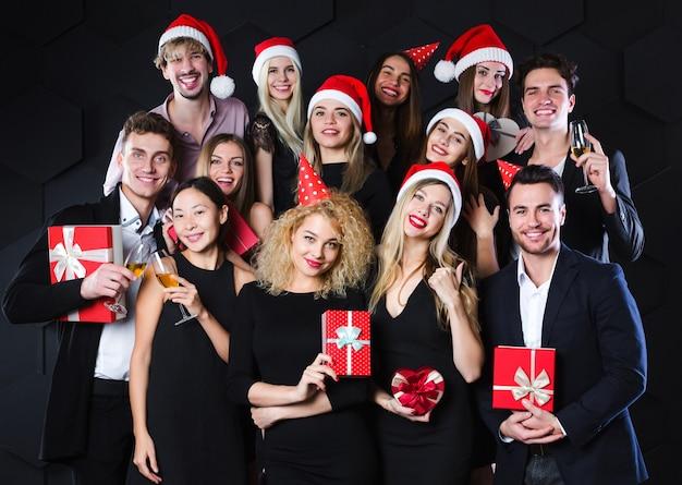 Gruppe glückliche freunde, die spaß weihnachten und neujahr konzept haben