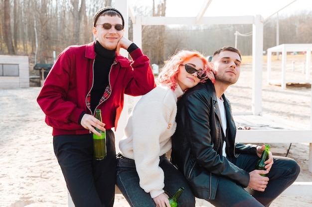 Gruppe glückliche freunde mit bier zusammen zeit verbringen