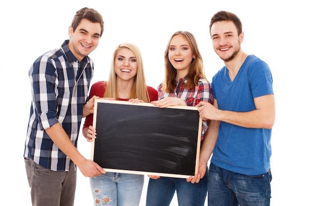 Gruppe glückliche junge leute mit einer tafel