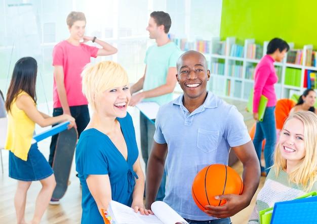 Gruppe glückliche verschiedene studenten