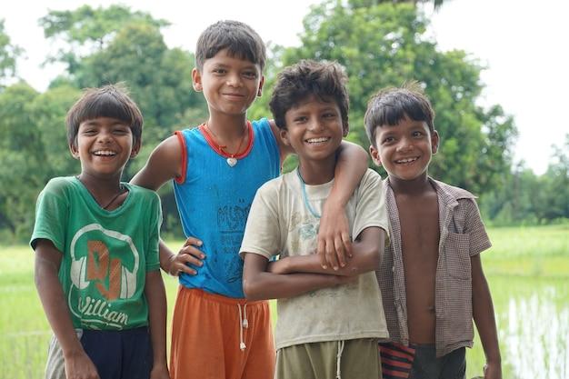 Gruppe glücklicher armer kinder