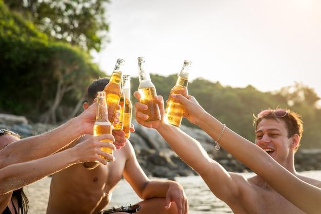 Gruppe glücklicher freunde auf einer tropischen insel