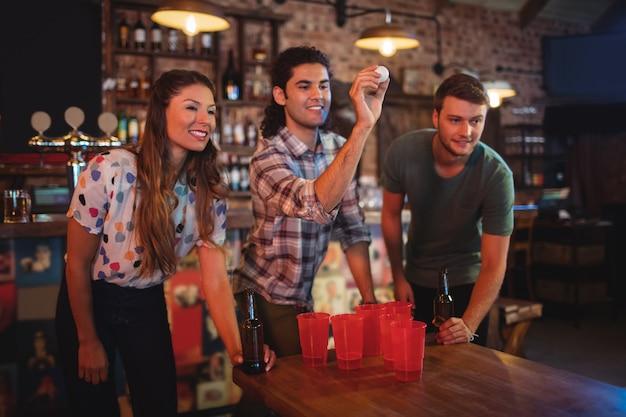 Gruppe glücklicher freunde, die spiel spielen