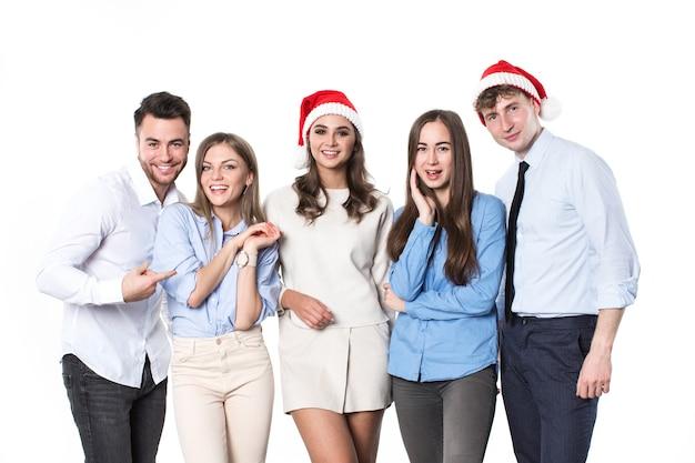Gruppe glücklicher junger leute in weihnachtsmannhüten