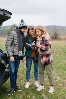 Gruppe glücklicher junger reisender, die natur genießen
