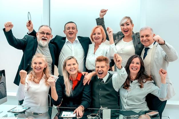 Gruppe glücklicher mitarbeiter, die ihren erfolg feiern