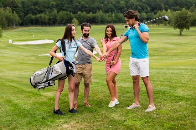 Gruppe golfspieler, die für das spiel sich vorbereiten